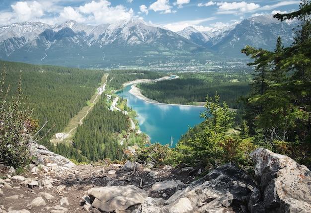 Alpejska sceneria z jeziorem w górskiej dolinie, nakręcony w canmore alberta canada can