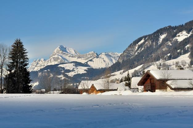 Alpejska wioska w zimie