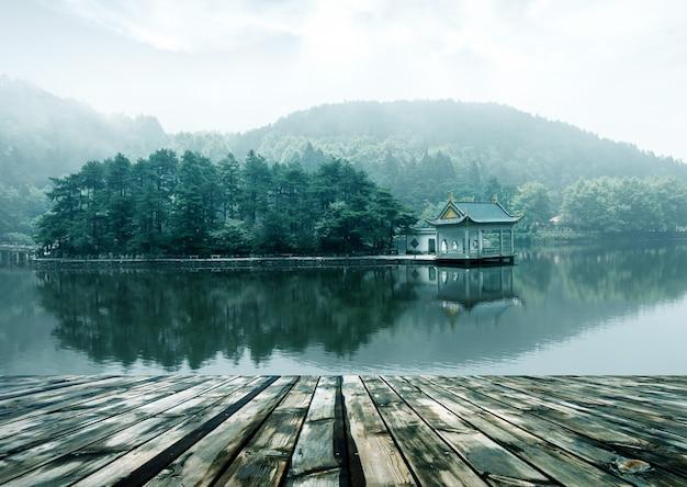 Alpejski krajobraz jeziora