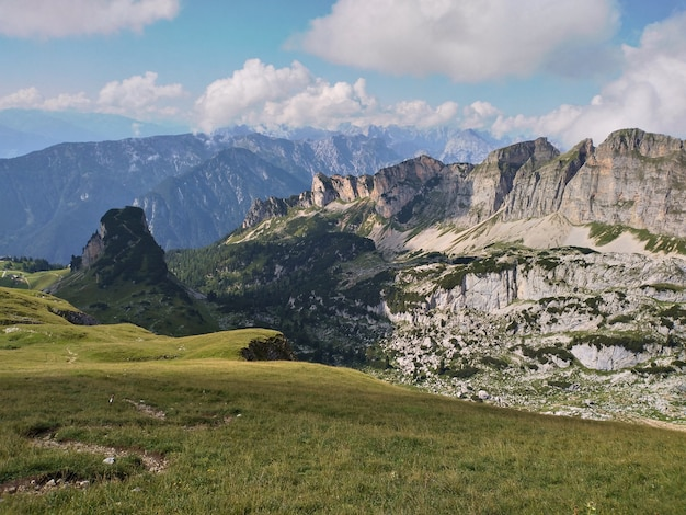 Alpejski krajobraz w górach rofan w lecie