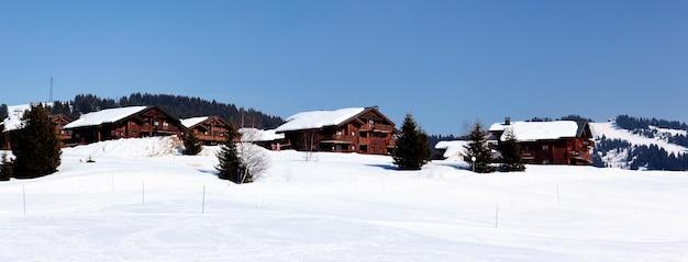 Alpejski krajobraz we francji w zimie z błękitnym niebem