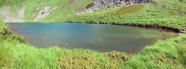 Alpejskie jezioro brebeneckul na letnim wąwozie górskim (ukraina, czarnogórski grzbiet, karpaty). obraz ściegu trzy strzały.