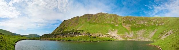 Alpejskie jezioro brebeneckul na wąwóz górski latem (ukraina, czarnogóra, karpaty). cztery ujęcia ściegu obrazu.