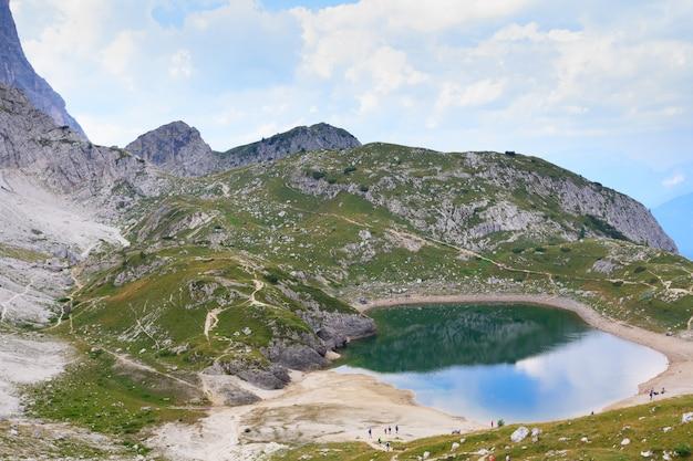 Alpejskie jezioro na włoskich alpach, dolomit, trekking