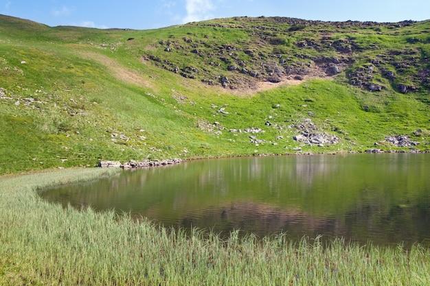 Alpejskie jezioro nesamovyte na letnim wąwozie górskim (ukraina, czarnogóra, karpaty)