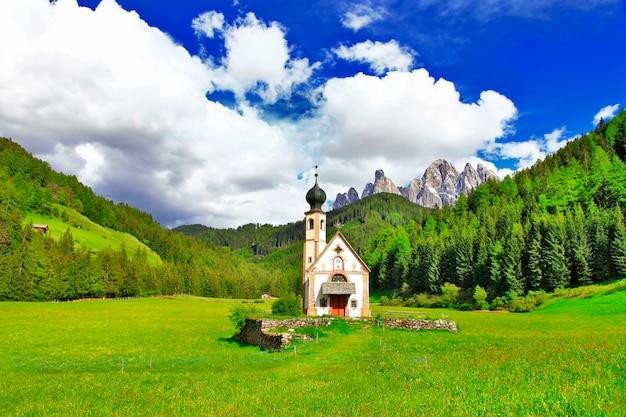 Alpejskie krajobrazy, dolomity, val di funes, widok z małym kościółkiem
