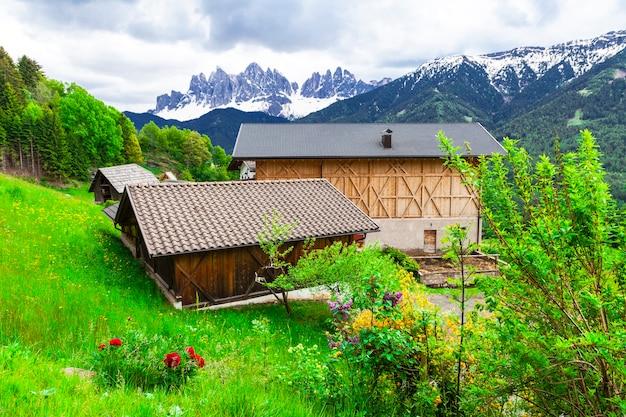 Alpejskie krajobrazy, gospodarstwa wiejskie w dolomitach. przyroda północnych włoch