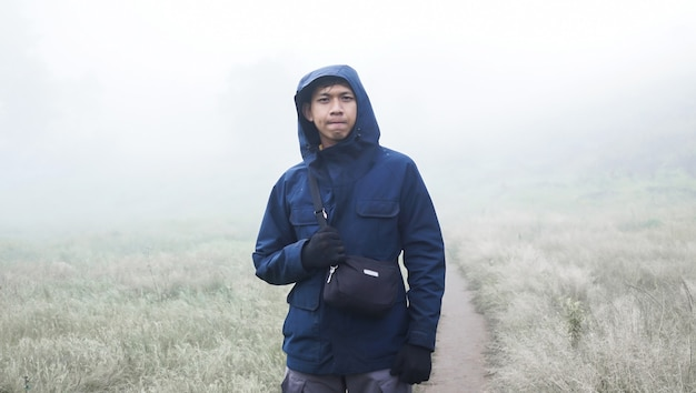Alpinista, który jest na wzgórzu przygotowując się do wspinaczki na szczyt
