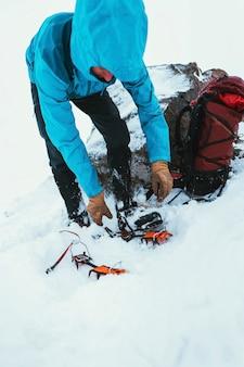 Alpinista noszący raki przed wędrówką