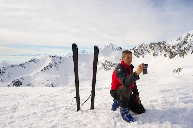 Alpinista przy selfie z smartphone