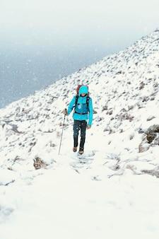 Alpinista wspinający się na forcan ridge w glen shiel w szkocji