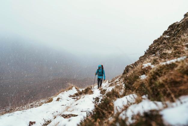 Alpinista wspinający się po forcan ridge w glen shiel w szkocji