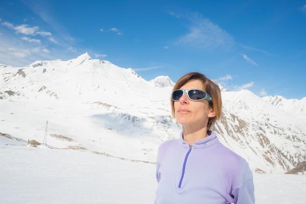 Alpinistka ogląda słońce