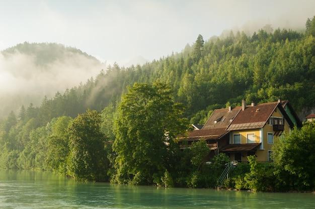 Alpy i mgła w porannym słońcu