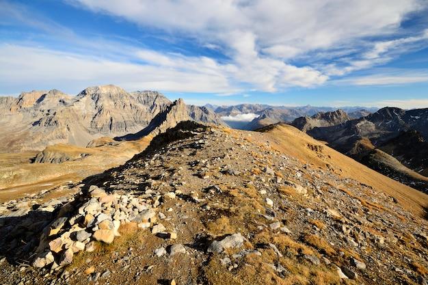 Alpy jesienią, zachód słońca ze szczytu skalistych górskich szczytów i grzbietów
