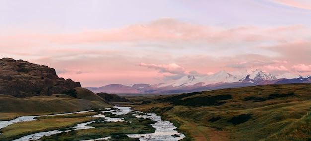 Ałtaj, płaskowyż ukok, piękny zachód słońca z górami