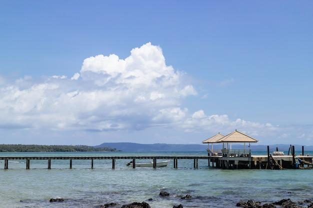 Altana morska i drewniany chodnik prowadzący do morza z plaży