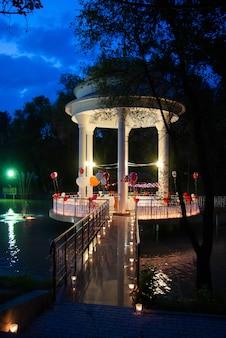 Altana na środku jeziora w nocy
