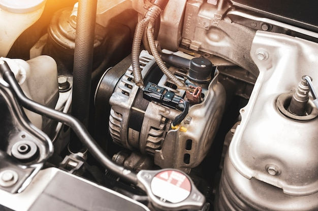 Alternator samochodowy w silniku benzynowym, element układu ładowania elektrycznego silnika samochodowego