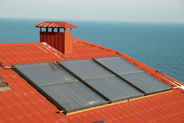 Alternatywna energia - system solarny na dachu domu.