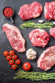 Alternatywne kawałki surowej wołowiny z górnym ostrzem, karkówką i stek wołowy, widok z góry .