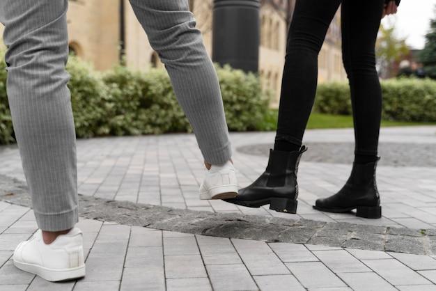 Alternatywne pozdrowienia na zewnątrz dla uderzenia stopy