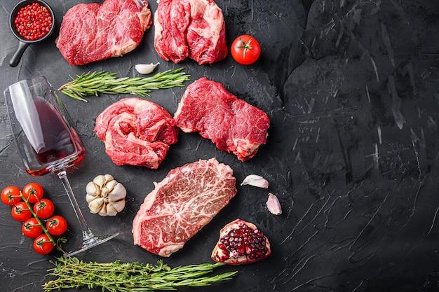Alternatywny zestaw do cięcia wołowiny z ziołami i kieliszkiem do czerwonego wina, widok z góry z miejscem na tekst.