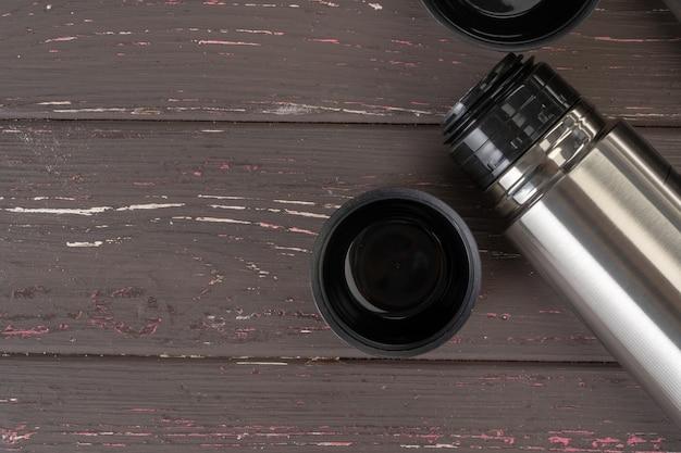 Aluminiowa metalowa butelka termosowa z bliska na stole