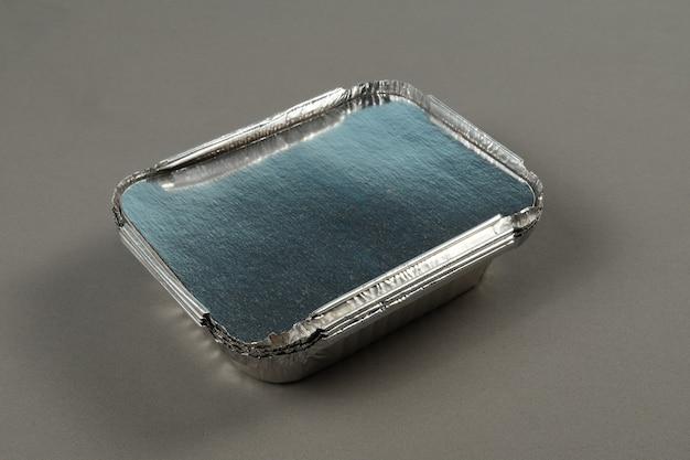 Aluminiowe pojemniki do przyjmowania gorącej żywności przygotowanej do dostawy. zostań w domu