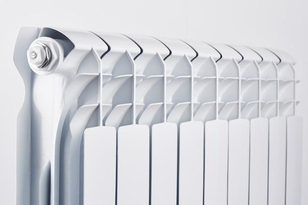 Aluminiowy bimetaliczny grzejnik na białym tle