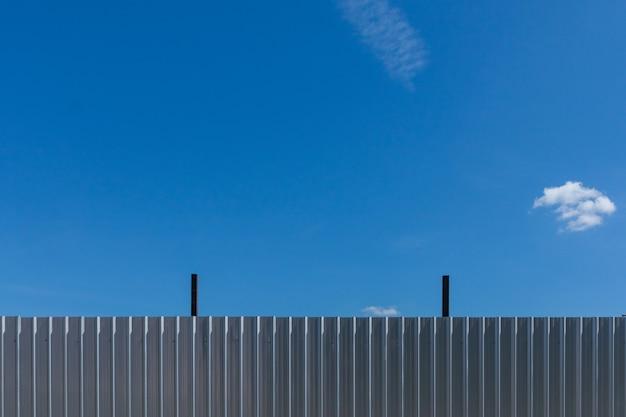 Aluminiowy płot chroniący obszar budowy.