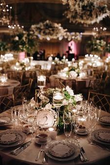 Amaising ustawienie zastawy stołowej i urządzeń w romantycznym miejscu