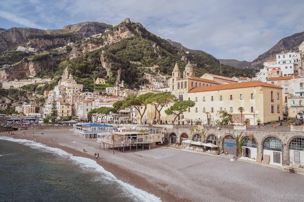 Amalfi, włochy - 1 listopada 2019: pejzaż amalfi na wybrzeżu morza śródziemnego, podróż