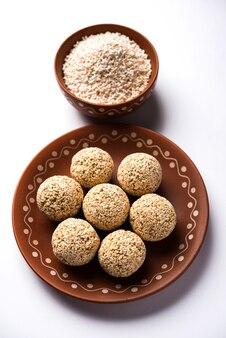 Amarant lub rajgira lahi w misce ze słodkim laddu. selektywne skupienie