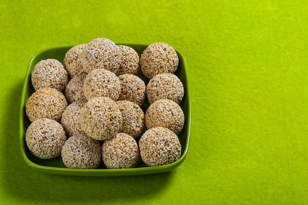 Amarantowy lub rajgira laddu, cholai ke laddo w zieleń talerzu na zielonym tle
