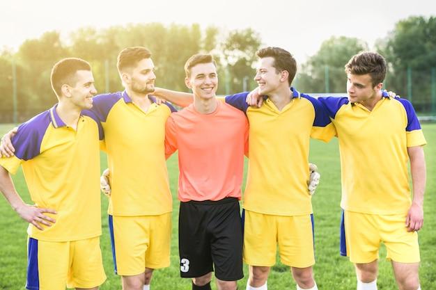 Amatorski futbolowy pojęcie z drużynowy pozować