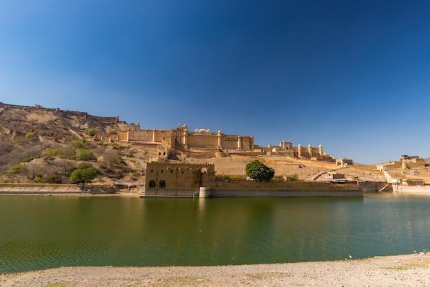 Amber fort, imponujący krajobraz i pejzaż miejski, słynny cel podróży w jaipur, radżastan, indie.