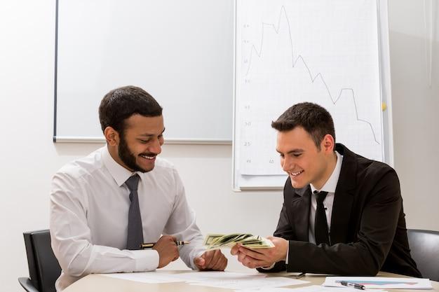 Ambitni menedżerowie liczą dochód, zysk finansowy, odnoszący sukcesy liderzy