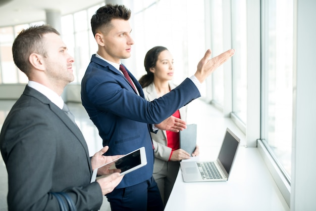Ambitny biznesmen wskazuje okno