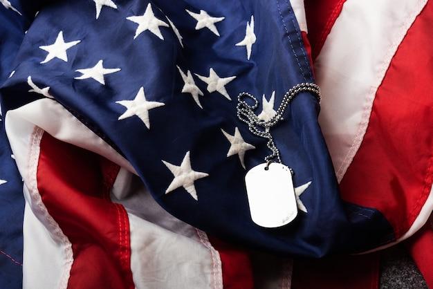 Ameryka stany zjednoczone flaga i łańcuch nieśmiertelniki wojskowe symbolizujące