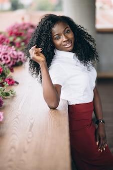 Amerykanin afrykańskiego pochodzenia biznesowa kobieta na balkonie