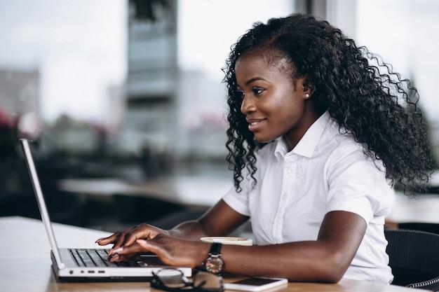 Amerykanin afrykańskiego pochodzenia biznesowa kobieta pracuje na komputerze
