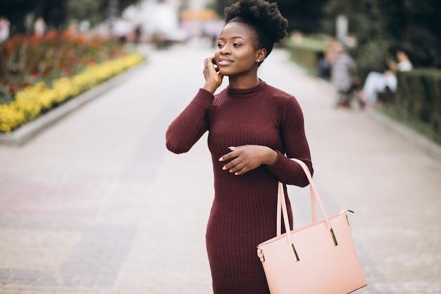 Amerykanin afrykańskiego pochodzenia biznesowa kobieta w sukni