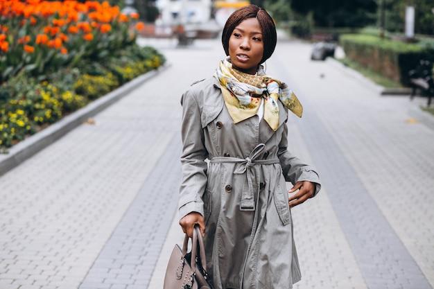 Amerykanin afrykańskiego pochodzenia biznesowa kobieta w ulicie