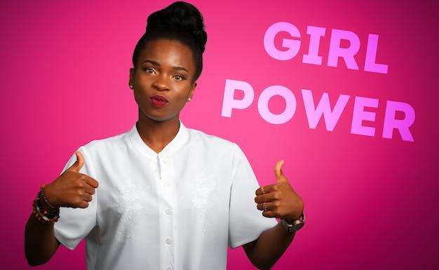 Amerykanin afrykańskiego pochodzenia biznesowa kobieta z aprobatami