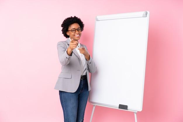 Amerykanin afrykańskiego pochodzenia biznesowa kobieta z białą deską