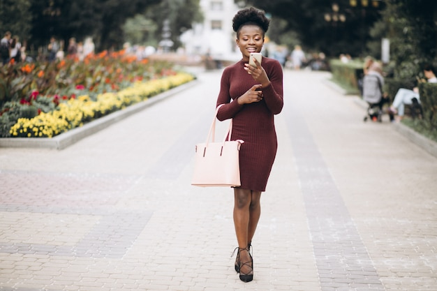 Amerykanin afrykańskiego pochodzenia biznesowa kobieta z telefonem