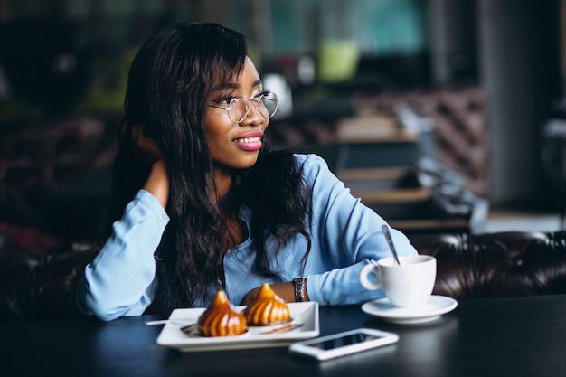 Amerykanin afrykańskiego pochodzenia biznesowej kobiety obsiadanie w kawiarni