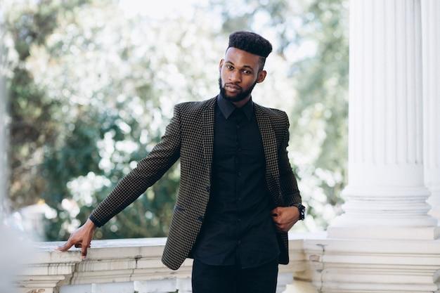 Amerykanin afrykańskiego pochodzenia biznesowy mężczyzna w kostiumu