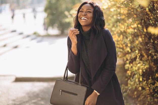 Amerykanin afrykańskiego pochodzenia kobieta szczęśliwa w parku